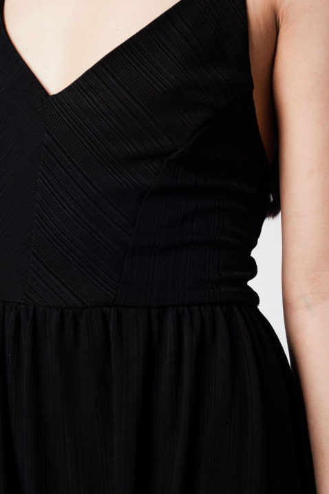 rzer schwarzer Jumpsuit Playsuit mit hinten gekreuzten Trägern von Q2 — Detailansicht