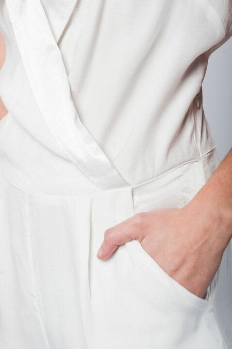 Weiß kurzer Jumpsuit im Smoking-Stil mit seitlichem Reißverschluss und Taschen von Q2 - Detailansicht