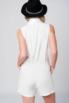 Weiß kurzer Jumpsuit im Smoking-Stil mit seitlichem Reißverschluss und Taschen von Q2 - Rückenansicht