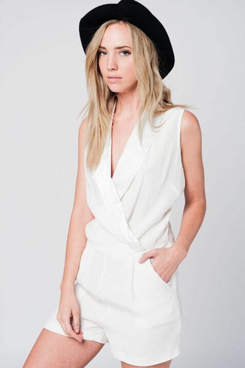 Weiß kurzer Jumpsuit im Smoking-Stil mit seitlichem Reißverschluss und Taschen von Q2 - Vorderansicht