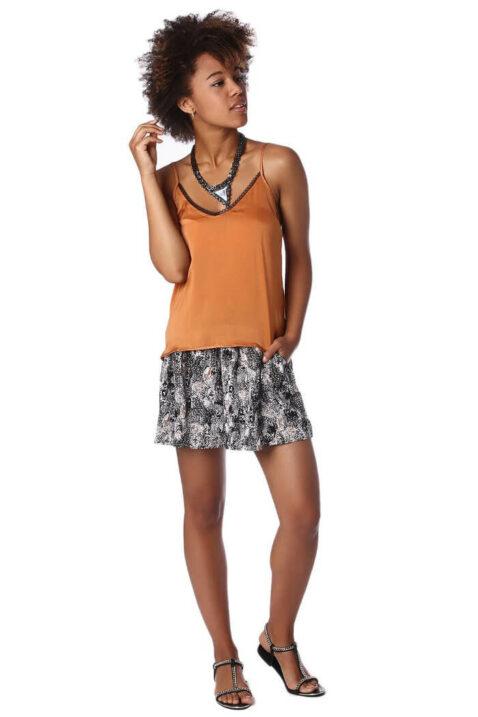 Orange Camisole-Top mit Spitzeneinsatz am Ausschnitt und Rücken von Q2 - Ganzkörperansicht