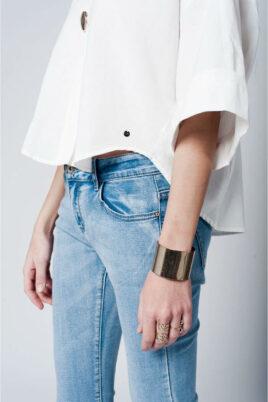 Oversize-Top in weiß mit Brosche und weiten Ärmeln von Q2 - Detailansicht