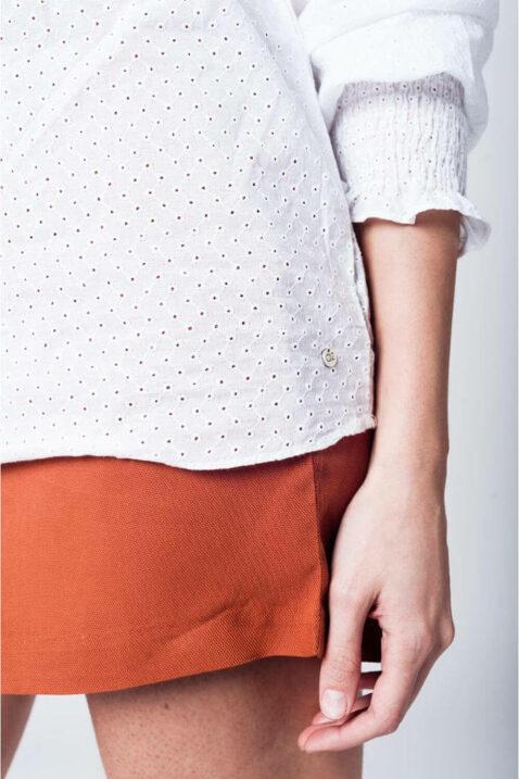 Weiße Carmenbluse schulterfrei mit langen Ärmeln und Lochdetails aus Baumwolle von Q2 - Detailansicht