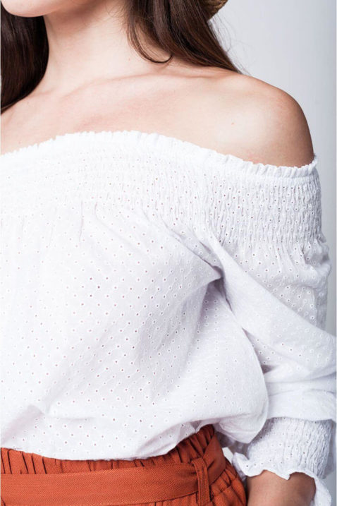 Schulterfreie Carmen-Bluse in weiß mit langen Ärmeln und Loch-Details aus Baumwolle von Q2 - Detailansicht