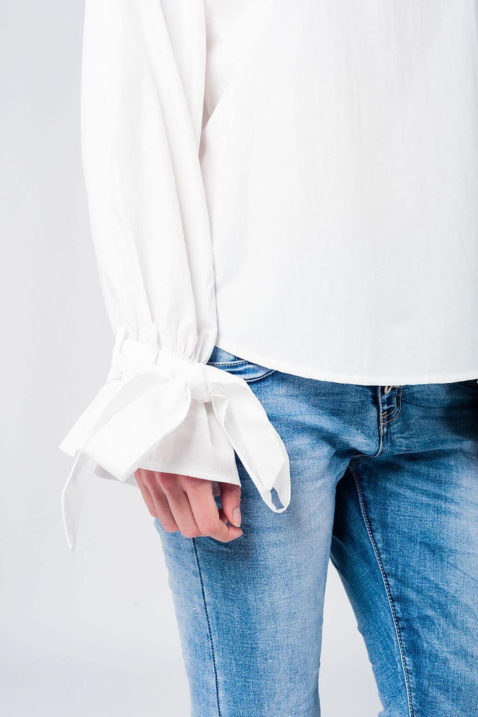 Schulterfreie Langarm-Bluse in weiß mit großen Schleifen an Ärmelenden aus Baumwolle von Q2 - Detailansicht