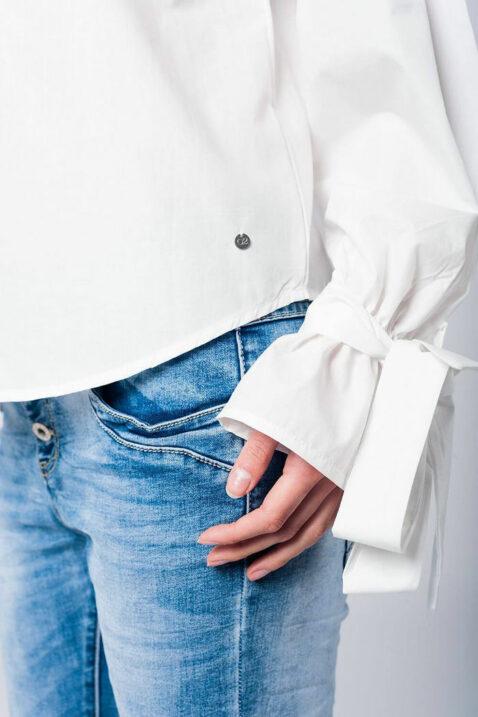 Lange Schulterfreie Bluse in weiß mit großen Schleifen an Ärmelenden aus Baumwolle von Q2 - Detailansicht