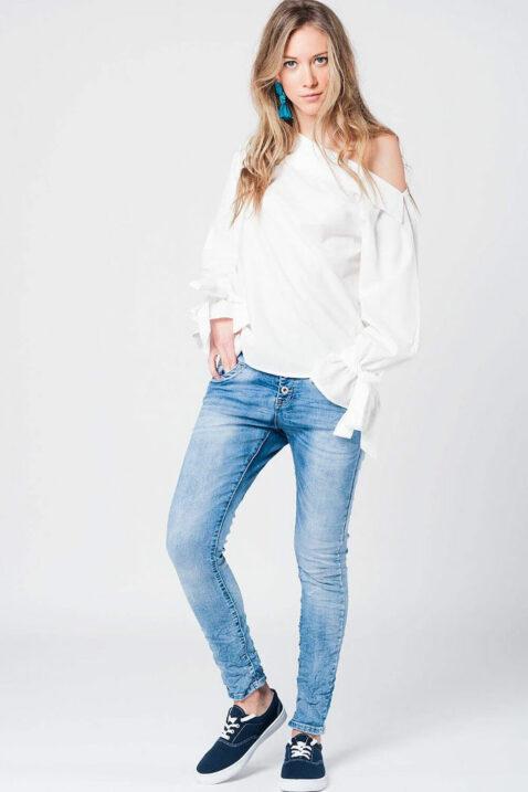 Lange Schulterfreie Bluse in weiß mit großen Schleifen an Ärmelenden aus Baumwolle von Q2 - Ganzkörperansicht