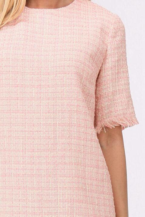 Rosa kurzes Jacquard-Kleid mit Fransen an Saumenden von Cherry Paris - Detailansicht