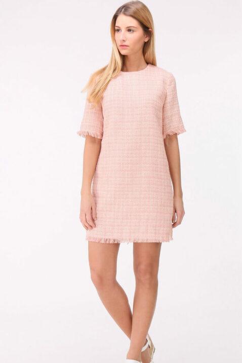 Rosa kurzes Jacquard-Kleid mit Fransen an Saumenden von Cherry Paris - Ganzkörperansicht