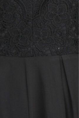 Schwarzer kurzer Jumpsuit mit Häkelspitze von Lily Mcbee - Detailansicht