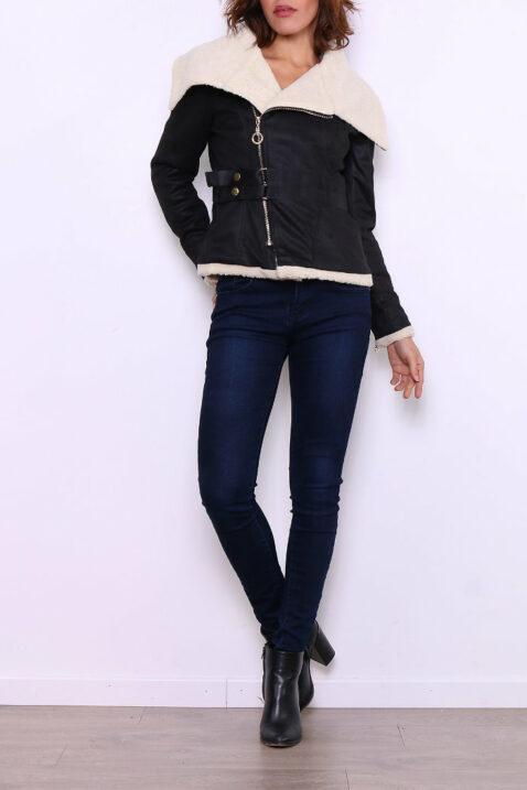 Schwarze Damen Fellimitatjacke mit großem Kragen - Kunstlederjacke von Ella Kingsley - Ganzkörperansicht