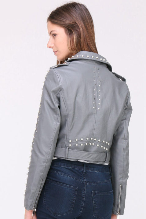 Graue Damen Kunstlederjacke mit Nieten & Perlen - kurz & gefüttert von J&W Paris - Rückenansicht