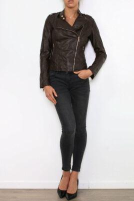 King of Fashion braune Damen Lederimitatjacke im Biker Style – Kunstlederjacke – Ganzkörperansicht