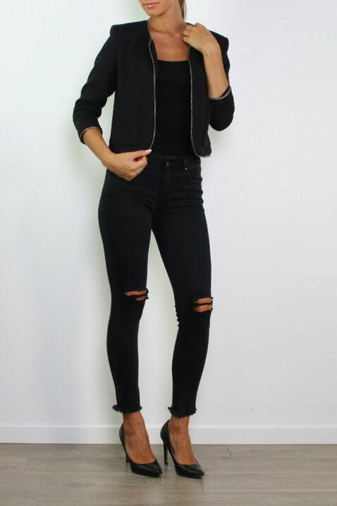Schwarzer Damen Kurzblazer im strukturierten Design von Lucy & Co Paris - Ganzkörperansicht