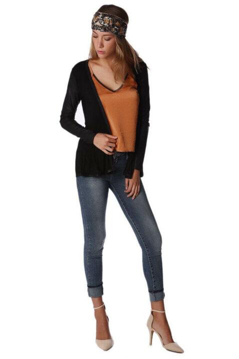Schwarze dünne Damen Strickjacke mit Ärmel in Schlangenlederoptik von Q2 - Ganzkörperansicht