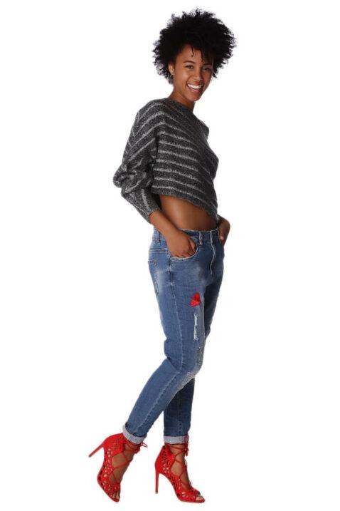 Grau gestreifter kurzer Damen Pullover asymmetrisch & Dreiviertelärmel von Q2 - Ganzkörperansicht