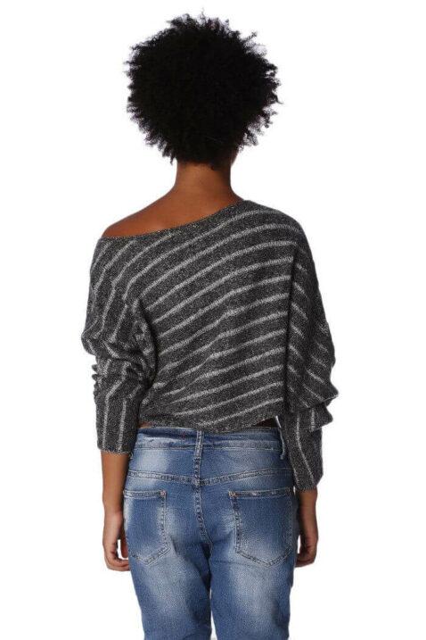 Grau gestreifter kurzer Damen Pullover asymmetrisch & Dreiviertelärmel von Q2 - Rückenansicht