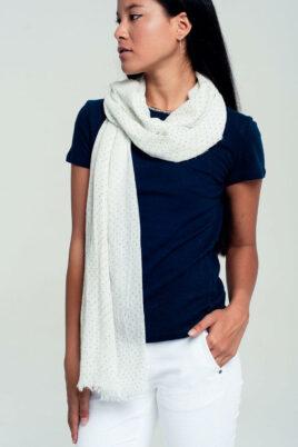 Q2 leichter weißer Damenschal mit grauen Punkten, Tupfen & Fransen Modeschal – Trageansicht