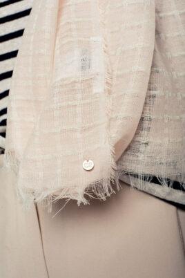 Leichter rosa Damen Schal mit Gittermuster in weiß - Modeschal von Q2 - Detailansicht