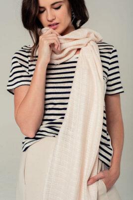 Leichter rosa Damen Schal mit Gittermuster in weiß - Modeschal von Q2 - Trageansicht