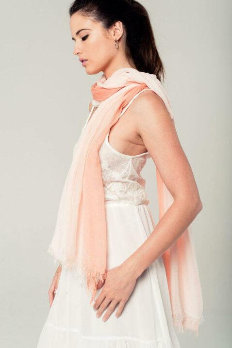 Leichter koralle Damen Schal mit Farbverlauf - Modeschal von Q2 - Seitenansicht