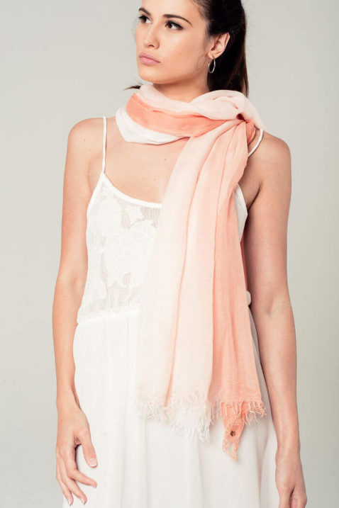 Leichter koralle Damen Schal mit Farbverlauf - Modeschal von Q2 - Trageansicht
