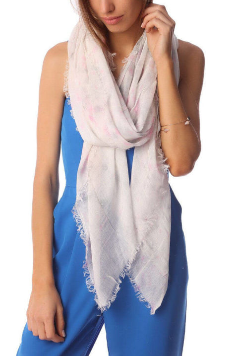 Leichter grau rosa Damen Schal mit verwischtem Muster - Modeschal von Q2 - Trageansicht