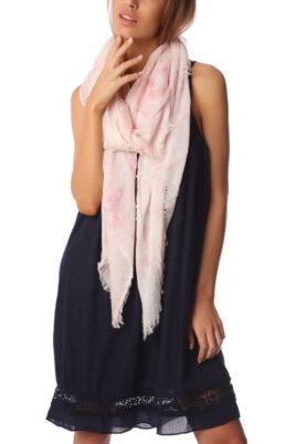 Q2 leichter rosa Damen Schal mit verwischtem Muster – Modeschal – Trageansicht