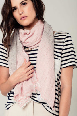 Q2 leichter anthrazit rosa Damen Schal mit Farbverlauf – Modeschal – Nahansicht