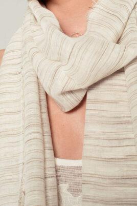 Leichter beiger Damen Schal mit Streifen - Modeschal von Q2 - Nahansicht