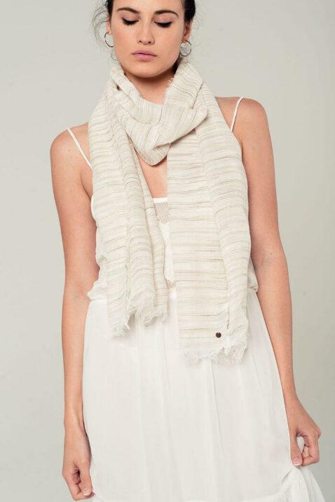 Leichter beiger Damen Schal mit Streifen - Modeschal von Q2 - Trageansicht