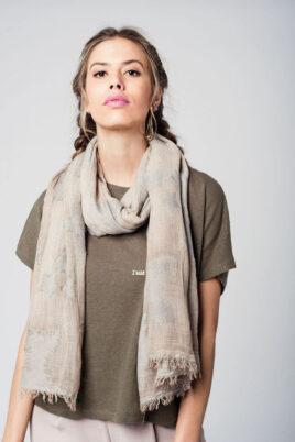 Q2 beiger Damen Schal mit Sterne-Print – Modeschal – Trageansicht