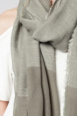 Khaki grüner Damen Schal in Fransenoptik - Modeschal von Q2 - Detailansicht
