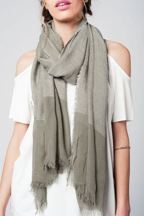 Khaki grüner Damen Schal in Fransenoptik - Modeschal von Q2 - Nahansicht