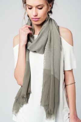 Q2 khaki grüner Damen Schal in Fransenoptik – Modeschal – Trageansicht