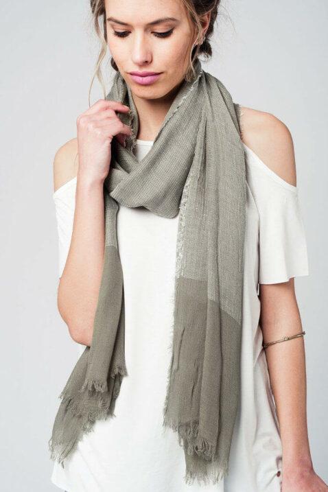 Khaki grüner Damen Schal in Fransenoptik - Modeschal von Q2 - Trageansicht