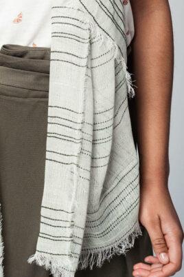 Leichter khaki grüner Damen Schal mit Details in dunkelgrün & silber - Modeschal von Q2 - Detailansicht