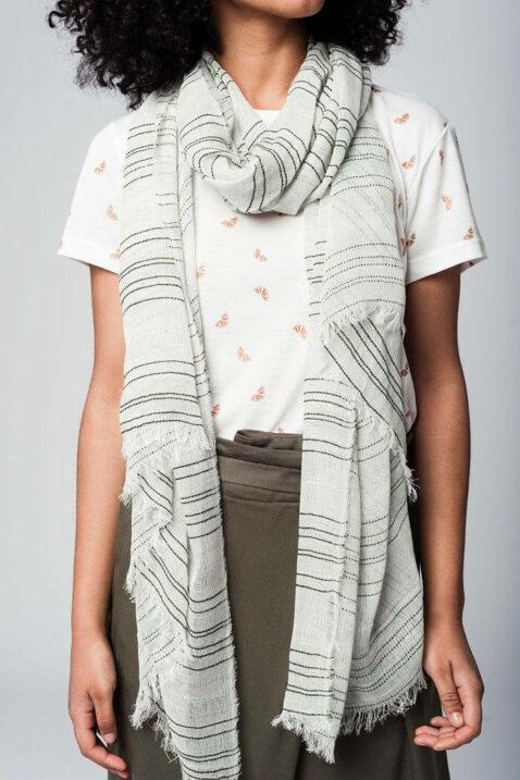 Leichter khaki grüner Damen Schal mit Details in dunkelgrün & silber - Modeschal von Q2 - Nahansicht