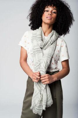 Q2 leichter khaki grüner Damen Schal mit Details in dunkelgrün & silber – Modeschal – Trageansicht