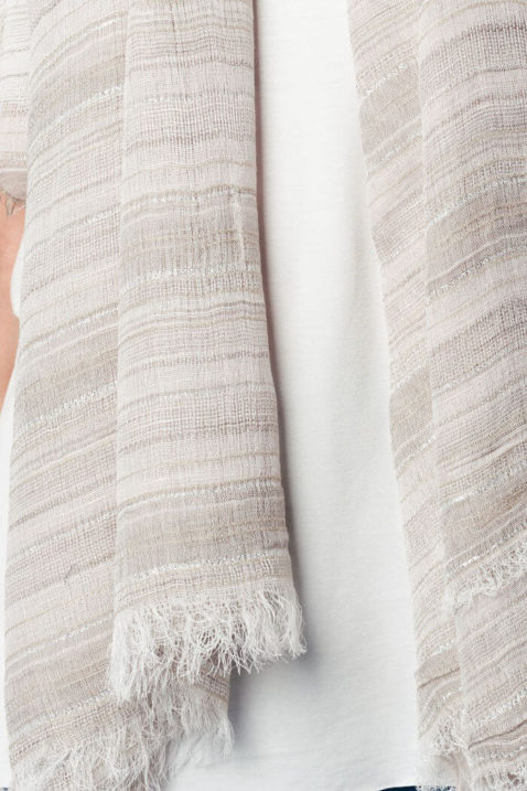 Leichter grau beiger Damen Schal mit Glitter-Details in Silber - Modeschal von Q2 - Detailansicht