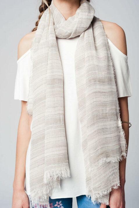 Leichter grau beiger Damen Schal mit Glitter-Details in Silber - Modeschal von Q2 - Nahansicht