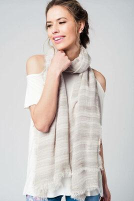 Q2 leichter grau beiger Damen Schal mit Glitter-Details in Silber – Modeschal – Trageansicht