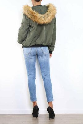 Khaki grüne Damen Bomberjacke mit abnehmbarer Kapuze aus Kunstfell von Bella Collection - Rückenansicht