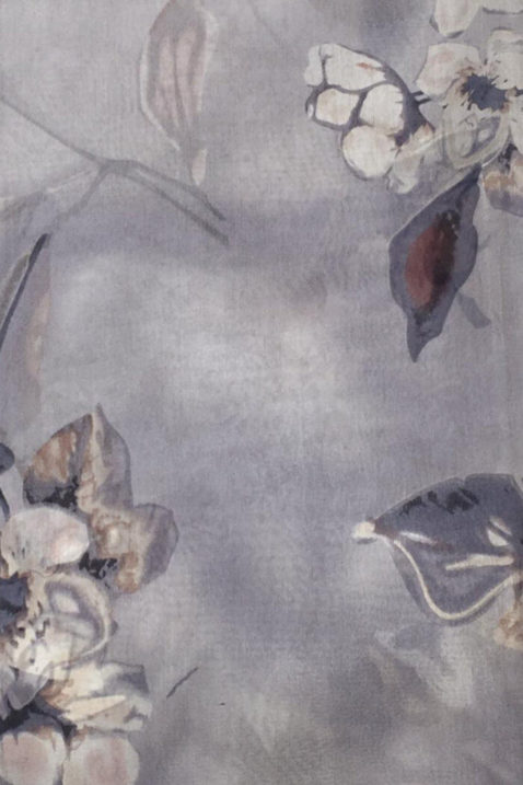 Grauer Damen Seidenschal in floraler Optik - Blumen & Blätter Seidentuch von By Oceane - Detailansicht