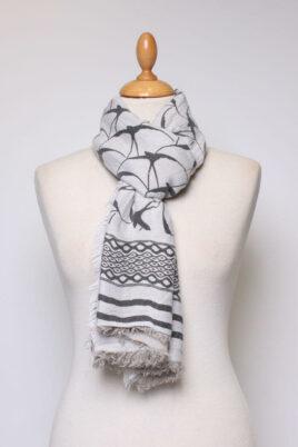 Fanli weißer ecru Damen Schal gefranst & gemustert aus Viskose – Ganzansicht