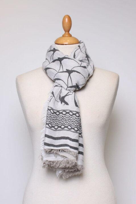 Weißer ecru Damen Schal gefranst & gemustert aus Viskose von Fanli - Ganzansicht