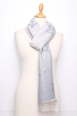 Fanli steingrauer Damen Schal mit Sternen-Muster gefranst aus Viskose – Ganzansicht