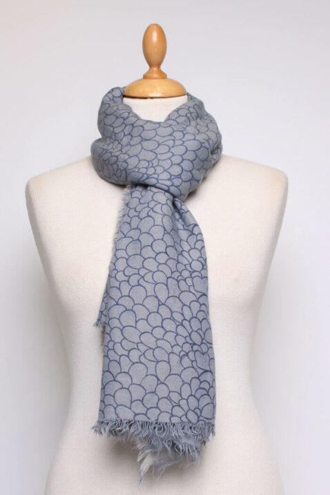 Blau grauer Damen Schal mit Allover-Muster und Fransen aus Viskose von Fanli - Ganzansicht