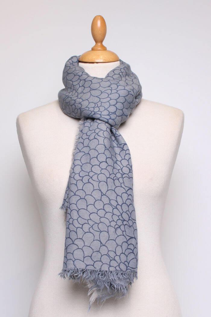 blau grauer damen schal mit allover muster und fransen aus viskose von fanli ganzansicht - Schal Muster