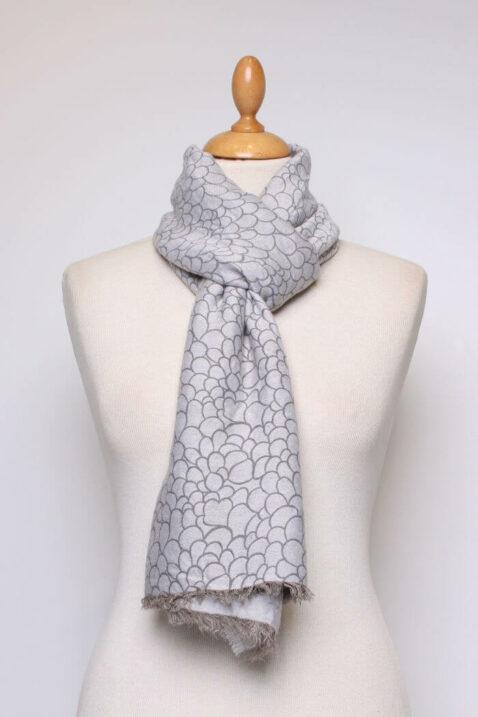Hellgrauer Damen Schal mit Allover-Muster und Fransen aus Viskose von Fanli - Ganzansicht